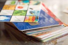 Πολύχρωμο πλαστικό πιστωτικών καρτών Στοκ Εικόνες