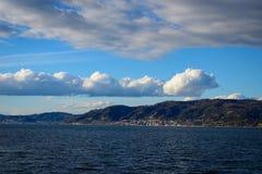 Πολύ αιχμηρά σύννεφα σωρειτών πέρα από την ακτή στοκ φωτογραφία