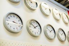 Πολύ διαφορετικό ρολόι τοίχων στον τοίχο Κατάστημα ρολογιών Χρονική έννοια αγορών μεγάλος χρόνος πώλησης Στοκ φωτογραφίες με δικαίωμα ελεύθερης χρήσης