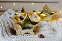 Πολύ δροσερά κεραμικά αστέρια σε ένα δομημένο μαντίλι Στοκ Φωτογραφίες