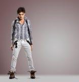 Πολύ ελκυστικό νέο αρσενικό με τη σοβαρή τοποθέτηση Στοκ φωτογραφία με δικαίωμα ελεύθερης χρήσης