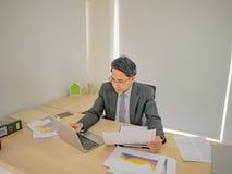 Πολύ ευτυχές ασιατικό επιχειρησιακό άτομο στο γραφείο στοκ εικόνα με δικαίωμα ελεύθερης χρήσης