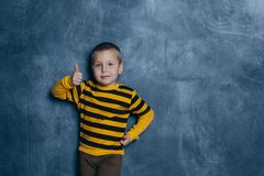 Πολύ ευτυχές μικρό παιδί που κάνει το γέλιο δάχτυλών του στοκ φωτογραφία με δικαίωμα ελεύθερης χρήσης