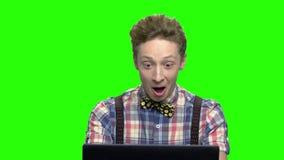 Πολύ ευτυχές συγκλονισμένο αγόρι εφήβων με το lap-top φιλμ μικρού μήκους