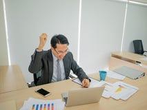 Πολύ ευτυχής ασιατική συνεδρίαση επιχειρησιακών ατόμων στο γραφείο του στοκ εικόνες