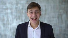 Πολύ ευτυχής ενεργητικός επιχειρηματίας, καλές ειδήσεις Νικητής, έννοια επιτυχίας Ευτυχής ενθουσιασμένος νεαρός άνδρας ή άνδρας σ φιλμ μικρού μήκους