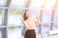 Πολύ ευτυχής επιχειρησιακή γυναίκα στο υπόβαθρο του γραφείου Στοκ Φωτογραφίες