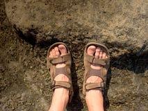 Πολύ κουρασμένα γυμνά πόδια στα σανδάλια πεζοπορίας στην αιχμή Πεζοπορία στους βράχους ψαμμίτη, λοφώδες τοπίο Στοκ εικόνα με δικαίωμα ελεύθερης χρήσης