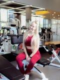 Πολύ κουρασμένο θηλυκό στη activewear συνεδρίαση στον πάγκο στοκ φωτογραφία