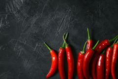 Πολύ κόκκινο πιπέρι τσίλι στο σκοτεινό έδαφος στοκ εικόνα με δικαίωμα ελεύθερης χρήσης