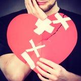 Πολύ λυπημένη σπασμένη εκμετάλλευση καρδιά ατόμων στοκ εικόνες με δικαίωμα ελεύθερης χρήσης