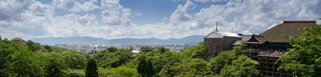 Πολύ μεγάλη πανοραμική άποψη του Κιότο με το ναό kiyomizu-Dera, Ιαπωνία στοκ φωτογραφία
