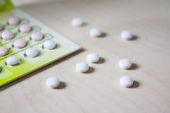 Πολύ μικρά άσπρα στρογγυλά χάπια Στοκ Φωτογραφίες