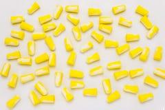 Πολύ να βρεθεί earplugs, για την προστασία ενάντια στο θόρυβο σε κίτρινο και το λευκό, που απομονώνεται σε ένα άσπρο υπόβαθρο με  στοκ φωτογραφίες