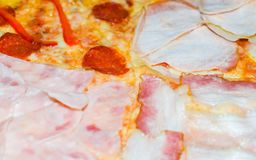 Πολύ νόστιμη πίτσα με τέσσερα διαφορετικά συστατικά Στοκ εικόνες με δικαίωμα ελεύθερης χρήσης