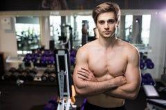 Πολύ ο αθλητικός τύπος δύναμης, εκτελεί την άσκηση με τους αλτήρες, στην αίθουσα γυμναστικής Στοκ Φωτογραφία