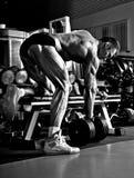 Πολύ ο αθλητικός τύπος δύναμης, εκτελεί την άσκηση με τους αλτήρες Στοκ φωτογραφία με δικαίωμα ελεύθερης χρήσης