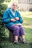 Πολύ παλαιά ανώτερη συνεδρίαση γυναικών υπαίθρια, κατανάλωση στοκ εικόνες