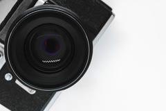 Πολύ παλαιά εκλεκτής ποιότητας κάμερα φωτογραφιών SLR μαύρη με τη μαύρη άποψη φακών από την κορυφή με το διαστημικό και άσπρο υπό στοκ φωτογραφίες