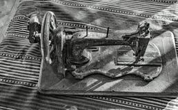 Πολύ παλαιά χειρωνακτική ράβοντας μηχανή στοκ φωτογραφία