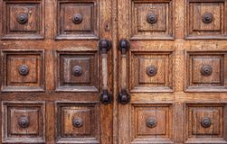 Πολύ παλαιές shabby ξύλινες πόρτες με τις μεγάλες λαβές στο μουσείο Στοκ Εικόνες
