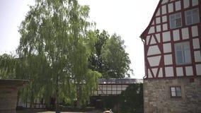 Πολύ παλαιό μισό-εφοδιασμένο με ξύλα σπίτι σε ένα όμορφο κάστρο στη Γερμανία με το κόκκινο χρωματισμένο ξύλο φιλμ μικρού μήκους