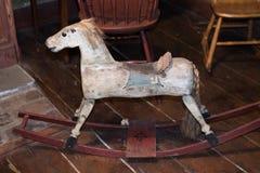 Πολύ παλαιό ξύλινο άλογο παιχνιδιών για τα παιδιά Στοκ φωτογραφίες με δικαίωμα ελεύθερης χρήσης