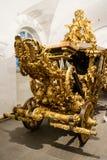 Πολύ περίκομψο χρυσό βασιλικό εθιμοτυπικό λεωφορείο στοκ φωτογραφίες με δικαίωμα ελεύθερης χρήσης