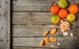 Πολύ φρέσκο πορτοκάλι ή μανταρίνι κινεζικής γλώσσας με πράσινο βγάζει φύλλα στο ξύλινο πάτωμα Στοκ εικόνες με δικαίωμα ελεύθερης χρήσης