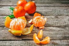 Πολύ φρέσκο πορτοκάλι ή μανταρίνι κινεζικής γλώσσας με πράσινο βγάζει φύλλα στο ξύλινο πάτωμα Στοκ Εικόνα