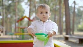 Πολύ χαριτωμένο μικρό παιδί στην παιδική χαρά απόθεμα βίντεο