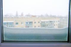 Πολύ χιόνι έξω από το παράθυρο Συνέπειες του κυκλώνα στην Ευρώπη Στοκ φωτογραφία με δικαίωμα ελεύθερης χρήσης
