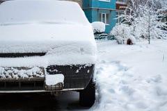 Πολύ χιόνι στο αυτοκίνητο, αυτοκίνητο στο χιονώδες ναυπηγείο, μπροστινή άποψη Στοκ φωτογραφία με δικαίωμα ελεύθερης χρήσης