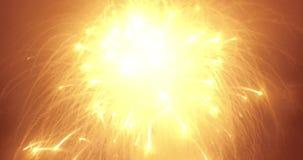 Πολύ όμορφα, φωτεινά και stunningly θεαματικά πυροτεχνήματα στο νυχτερινό ουρανό Οι βλαστοί καμερών από τον αέρα από μια σύντομη  φιλμ μικρού μήκους
