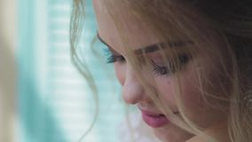 Πολύ όμορφος ξανθός με τα μπλε μάτια Μάτια ενός κοριτσιού κινηματογραφήσεων σε πρώτο πλάνο απόθεμα βίντεο