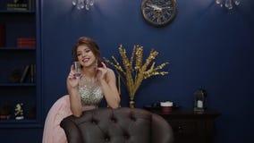 Πολύ όμορφο κορίτσι με ένα ποτήρι της σαμπάνιας στο ντεκόρ του νέου έτους φιλμ μικρού μήκους