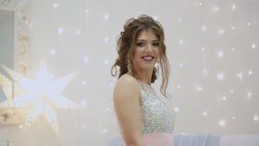 Πολύ όμορφο κορίτσι που χορεύει στο ντεκόρ ενός νέου έτους απόθεμα βίντεο
