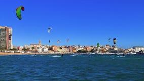 Πολύ Kitesurfers σε μια ηλιόλουστη ημέρα στην Ισπανία, σε Κόστα Μπράβα, κοντά στην πόλη Palamos φιλμ μικρού μήκους