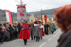 Πομπή ανθρώπων κατά τη διάρκεια του φεστιβάλ στο Aude Στοκ εικόνα με δικαίωμα ελεύθερης χρήσης