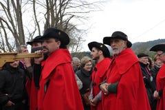 Πομπή ανθρώπων κατά τη διάρκεια του φεστιβάλ στο Aude Στοκ Φωτογραφία