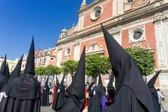 Πομπή με την αδελφοσύνη κατά τη διάρκεια της ιερής εβδομάδας στη Σεβίλη, Ισπανία στοκ φωτογραφία