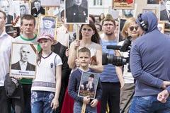 Πομπή των ανθρώπων στο αθάνατο σύνταγμα στην ετήσια νίκη Στοκ φωτογραφία με δικαίωμα ελεύθερης χρήσης