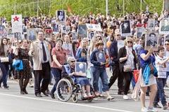 Πομπή των ανθρώπων στο αθάνατο σύνταγμα στην ετήσια νίκη Στοκ φωτογραφίες με δικαίωμα ελεύθερης χρήσης