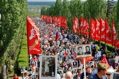 Πομπή των τοπικών ανθρώπων με τις φωτογραφίες των συγγενών τους στο αθάνατο σύνταγμα την ετήσια ημέρα νίκης στο Hill Mamaev στο Β Στοκ φωτογραφία με δικαίωμα ελεύθερης χρήσης
