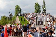 Πομπή των τοπικών ανθρώπων με τις φωτογραφίες των συγγενών τους στο αθάνατο σύνταγμα την ετήσια ημέρα νίκης στο Hill Mamaev στο Β Στοκ Φωτογραφίες