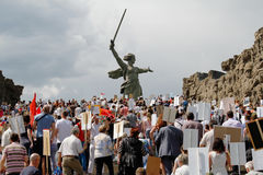 Πομπή των τοπικών ανθρώπων με τις φωτογραφίες των συγγενών τους στο αθάνατο σύνταγμα την ετήσια ημέρα νίκης στο Hill Mamaev στο Β Στοκ Εικόνες