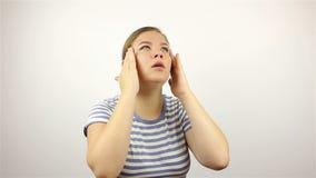 Πονοκέφαλος, αγχωτική υπερφόρτωση εργασίας για μια νέα όμορφη γυναίκα απόθεμα βίντεο