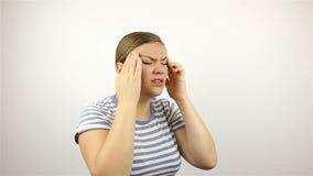 Πονοκέφαλος, αγχωτική υπερφόρτωση εργασίας για μια νέα όμορφη γυναίκα φιλμ μικρού μήκους
