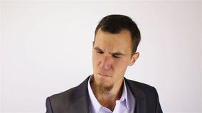 Πονοκέφαλος, αγχωτική υπερφόρτωση εργασίας για τον επιχειρηματία με μια γενειάδα απόθεμα βίντεο