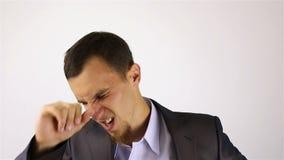Πονοκέφαλος, αγχωτική υπερφόρτωση εργασίας για τον επιχειρηματία με μια γενειάδα φιλμ μικρού μήκους